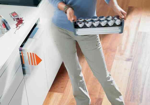 סרוו-דרייב - תמיכה חשמלית בפתיחת מגירות   בלורן מוצרי פרזול איכותיים
