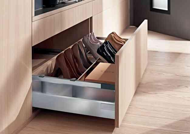 מערכות הזזה ופתרונות אחסון לחדרי ארונות | בלורן מוצרי פרזול איכותיים